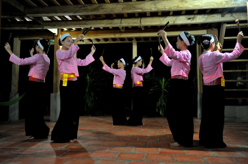 Enjoy the Thai performance during your honeymoon to Mai Chau