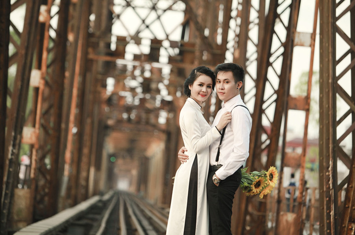 Pre-wedding photography at Long Bien Bridge