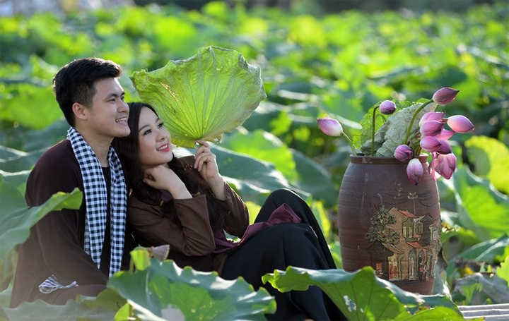 Pe-wedding photography with lotus flowers at West Lake